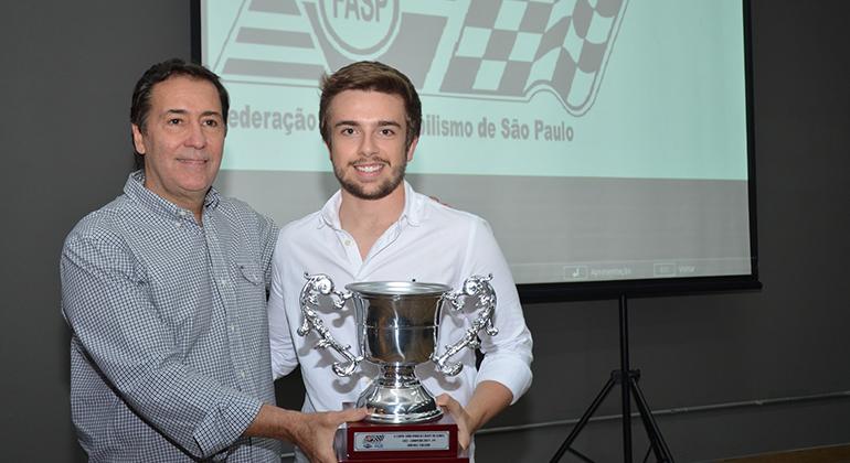 Cláudio  Vieira (Interlagos Motor Clube) entrega prêmio a Rafael Paiva, vice-campeão de kart na categoria F4 (Márcio de Luca)