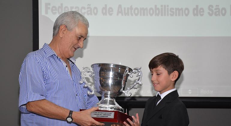 Almyr Júnior entrega  troféu a Enzo Vidmontiene, Campeão Paulista de Kart na categoria Mirim Rookie (Márcio de Luca)