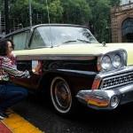 Tatiana Yano dá os últimos retorques na identificação do seu Ford Farilane (Divulgação Victor Chehin)