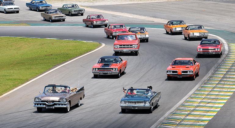 O Dodge Royal de Natal Morrone e o Dodge Dart conversível de Cleber Bocchi liderando o desfile (Cláudio Larangeira)
