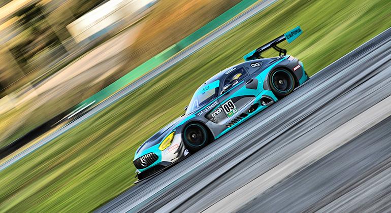 Mercedes da dupla Negrão, pai e filho, liderou boa parte da prova mas terminou em segundo (Miguel Costa Júnior)