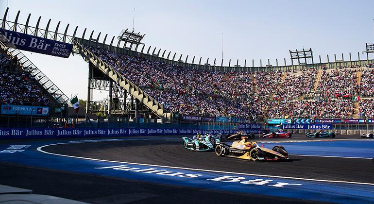Verge (à frente) e Piquet Jr se estranharam oitava volta e o brasileiro foi forçado a abandonar (FIA/F-E)